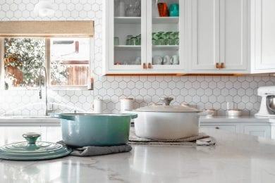 Jak układać płytki ceramiczne na ścianie